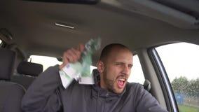 Motorista feliz com euro grande do dinheiro Sucesso Conceito no sucesso comercial, assunto da loteria, lucro, slots machines vídeos de arquivo