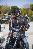 Motorista feliz que monta Harley Davidson fotos de stock
