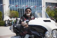 Motorista feliz que monta Harley Davidson imagem de stock
