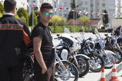 Motorista feliz que monta Harley Davidson imagens de stock