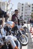 Motorista feliz que monta Harley Davidson fotografia de stock