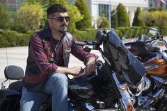 Motorista feliz que monta Harley Davidson imagens de stock royalty free