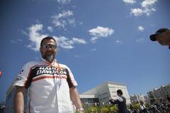 Motorista feliz que monta Harley Davidson fotografia de stock royalty free