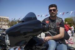 Motorista feliz que monta Harley Davidson foto de stock