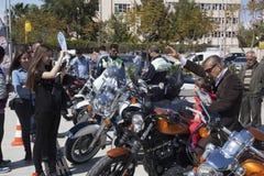 Motorista feliz que monta Harley Davidson foto de stock royalty free