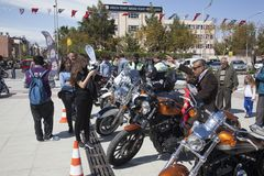 Motorista feliz que monta Harley Davidson imagem de stock royalty free