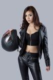 Motorista femenino hermoso que lleva una chaqueta de cuero Imagen de archivo libre de regalías