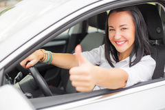 Motorista fêmea que mostra os polegares acima Imagem de Stock