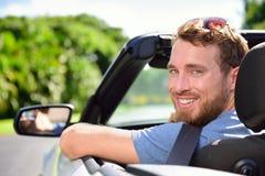 Motorista - homem novo que conduz o convertible foto de stock