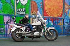Motorista joven en una motocicleta Imagen de archivo libre de regalías