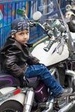 Motorista joven en una motocicleta Fotografía de archivo libre de regalías