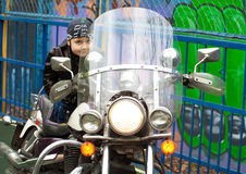 Motorista joven en una motocicleta Fotografía de archivo