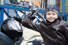 Motorista joven en una motocicleta Foto de archivo libre de regalías