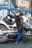 Motorista joven en una motocicleta Fotos de archivo