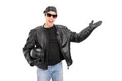 Motorista joven que gesticula con su mano Imagen de archivo libre de regalías