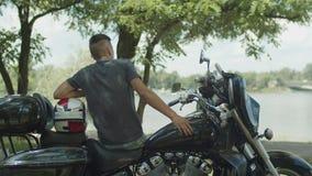 Motorista joven que tiene un resto después de paseo metrajes