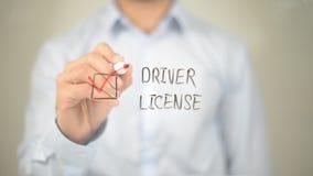 Motorista License, homem que seleciona na tela transparente foto de stock