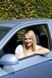 Motorista louro atrativo da mulher fotografia de stock royalty free