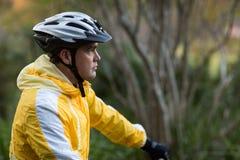 Motorista masculino con el casco de la bicicleta Imagen de archivo libre de regalías