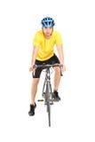 Motorista masculino que presenta en su bicicleta Fotos de archivo libres de regalías
