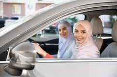 Motorista muçulmano fêmea e seu amigo foto de stock