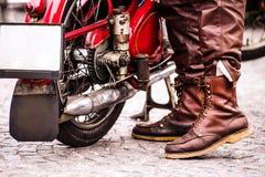 Motorista no identificado con una motocicleta del vintage en el festi de la motocicleta Foto de archivo libre de regalías