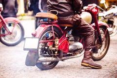 Motorista no identificado que monta una motocicleta del vintage en los fes de la motocicleta Fotos de archivo libres de regalías