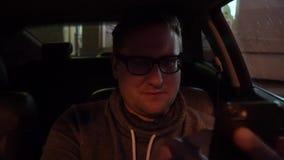 Motorista novo que usa um smartphone dentro de seu carro filme