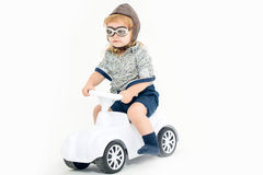 Motorista ou piloto pequeno do menino isolado no branco Foto de Stock