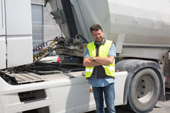 Motorista ou remetente orgulhoso na frente dos caminhões e dos reboques, Imagem de Stock Royalty Free