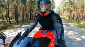 Motorista profesional que monta una motocicleta en un camino rápidamente almacen de video