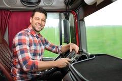 Motorista profissional que senta-se no táxi do caminhão imagem de stock