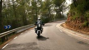 Motorista que conduce su moto de los deportes en un camino Curvy almacen de metraje de vídeo