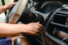 Motorista que gira sobre o ingition no painel de um carro Imagens de Stock Royalty Free