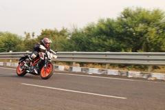 Motorista que hace arrinconar Imagen de archivo libre de regalías