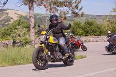 Motorista que monta el desmodulador italiano de Ducati de la moto Imagen de archivo