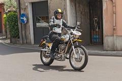 Motorista que monta un vintage Ducati RT 450 Foto de archivo