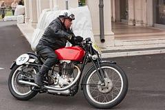 Motorista que monta una motocicleta Gileta del vintage Foto de archivo