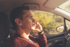 Motorista que olha a estrada fotos de stock