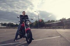 Motorista que presenta en la moto Imagen de archivo