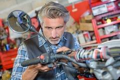 Motorista que pule el recambio imagen de archivo libre de regalías