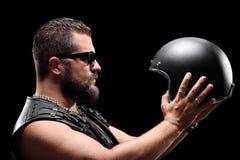 Motorista que sostiene un casco Foto de archivo libre de regalías