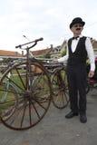 Motorista que sostiene una bicicleta vieja. Fotos de archivo