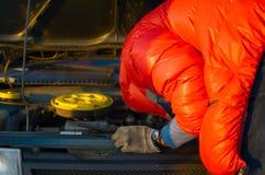Motorista que verifica o motor de automóveis Fotografia de Stock Royalty Free