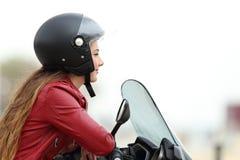 Motorista satisfecho que mira lejos en una moto Imagen de archivo libre de regalías