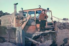 Motorista soviético novo do trator que tem um resto curto Fotografia de Stock