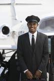Motorista Standing By Car no aeródromo fotografia de stock royalty free