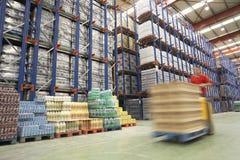Motorista In Warehouse da empilhadeira Fotografia de Stock Royalty Free