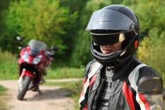 Motorista y su bici en la carretera nacional Fotografía de archivo