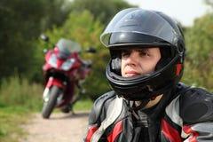 Motorista y su bici en la carretera nacional Foto de archivo libre de regalías